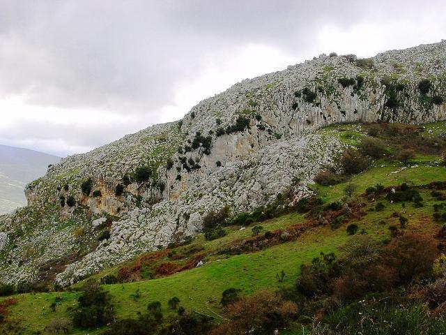Le Rocche del Crasto, alte 1.315 metri, sono costituite prevalentemente da roccia calcarea dell'era mesozoica - Foto di Tato Grasso