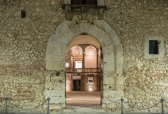 L'ingresso a sesto acuto del Castello di Roccavaldina