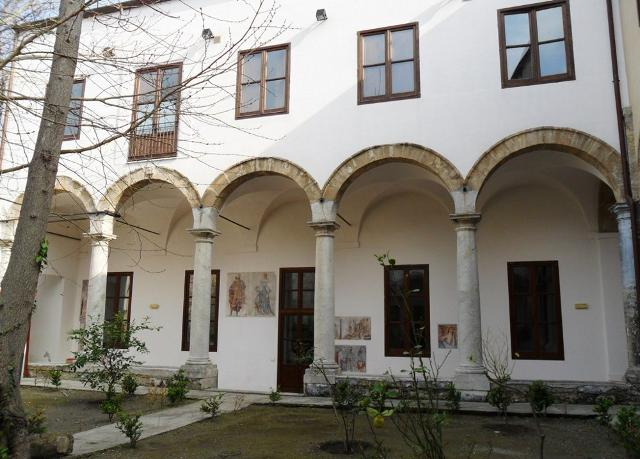 Il portico della residenza universitaria Schiavuzzo, in via Schiavuzzo