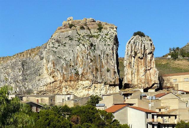 La suggestiva Rocca di tipo dolomitico che sovrasta Roccapalumba