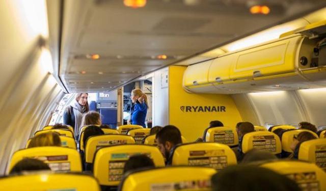 """La nuova policy di Ryanair sul """"bagaglio a mano"""" prevede il pagamento di un sovrapprezzo da 6 a 10 euro (a seconda dell'opzione scelta)"""
