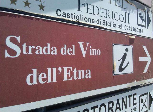 Segnaletica lungo la Strada del Vino Etna DOC