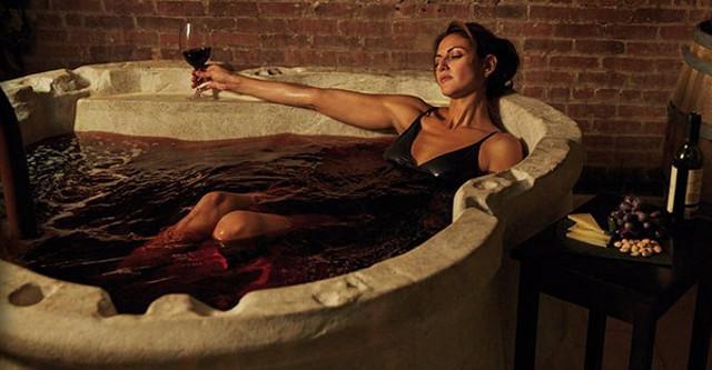 """Forse non tutti sanno che esistono dei veri e propri centri di benessere che sfruttano l'uva e i suoi derivati per la cura di pelle e corpo: sono le cosiddette """"terme del vino"""""""