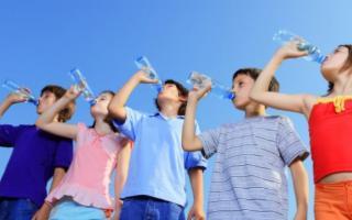 Con questo caldo facciamo bere di più i nostri bimbi!