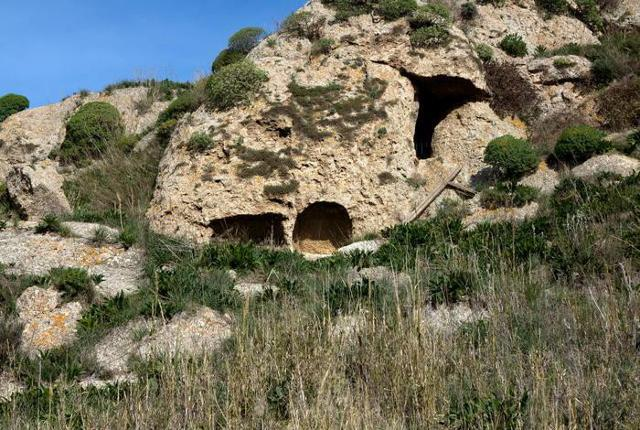 Particolare affioramento gessoso con presenza di grotta e di forme carsiche - Riserva Serre di Ciminna