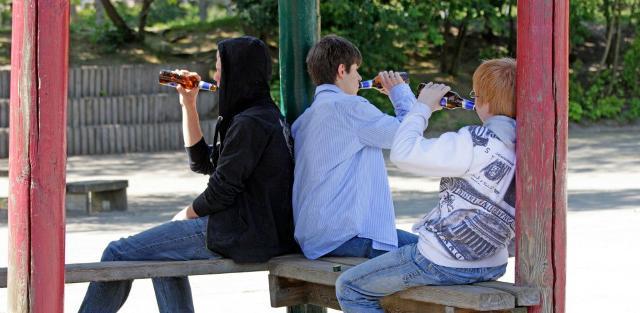 """L'utilizzo dell'alcol nel nostro Paese è precoce: si stima che i due terzi dei """"bevitori"""" adulti inizia a bere alcolici prima dei 21 anni"""