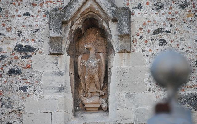 Nicchione decorativo della facciata del Castello Ursino. L'Aquila rappresenta il potere dell'Imperatore, la lepre la città di Catania soggiogata