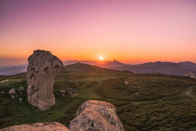 """L'Argimusco, un altopiano nel territorio della provincia, è un sito dove si trovano dei """"cusiosi"""" megaliti che ricordano, per forma, dimensione e peso, quelli di Stonehenge, la località inglese meta di tantissime visite turistiche ogni anno."""