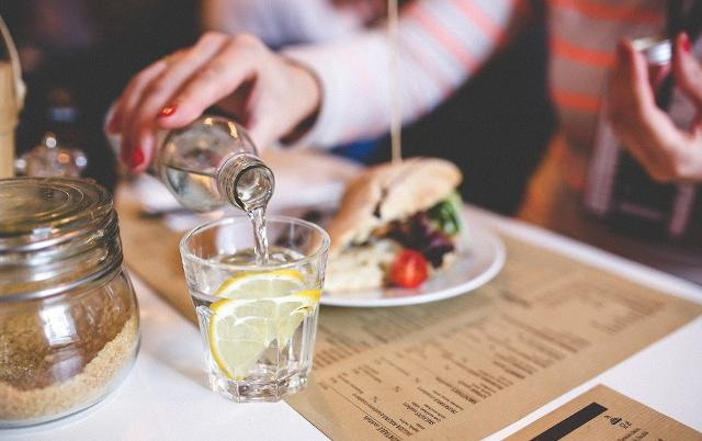 Bere durante i pasti non è dannoso, ma anzi aiuta a saziarci prima e quindi ad abbuffarsi di meno...