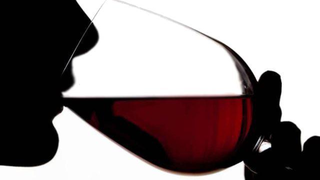 Il 30% degli intervistati dall'Osservatorio Grana Padano ha dichiarato di bere quotidianamente circa un bicchiere di vino e il 20% dei ragazzi inizia a utilizzarlo prima dei 21 anni
