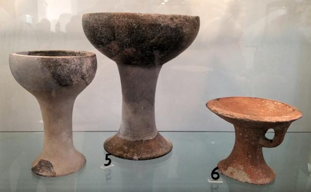 Alcune ceramiche esposte nel Museo di Caltagirone nella Sezione Preistoria e Civiltà Indigene