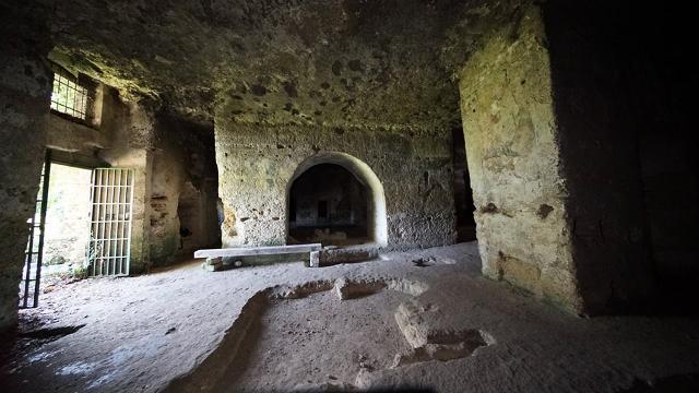 L'ambiente all'ingresso della Chiesa rupestre del Crocifisso di Lentini