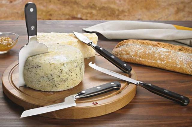 Alcuni coltelli da formaggio