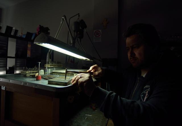 Fabio Ballistreri nel suo laboratorio orafo a Gangi