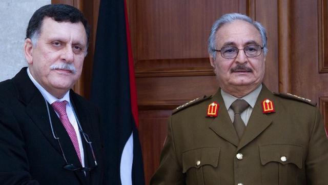 Fayez al Sarraj, presidente del governo di accordo nazionale della Libia e il generale Khalifa Haftar, l'uomo forte della Cirenaica e volto dell'opposizione.