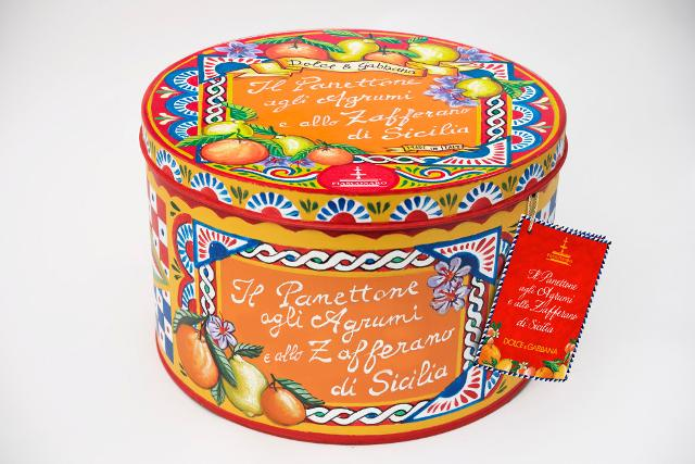 Panettone Fiasconaro agli agrumi e allo zafferano di Sicilia in una confezione disegnata da Dolce&Gabbana