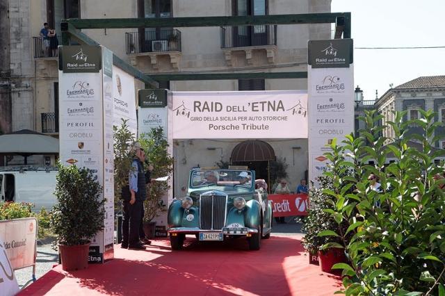 Il finale della XXI edizione del Raid dell'Etna con l'arrivo a Catania, in Piazza Università