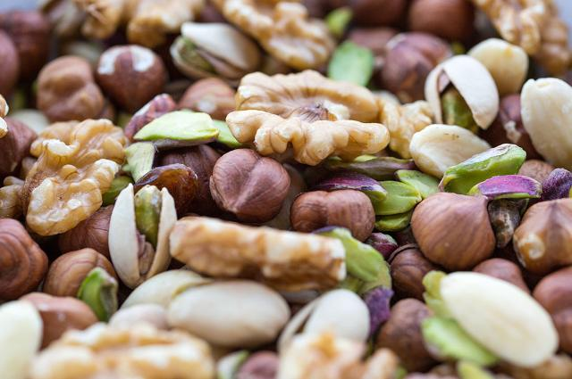 Noci, mandorle, nocciole e pistacchi, offrono energia, grassi buoni, proteine, vitamine e minerali.