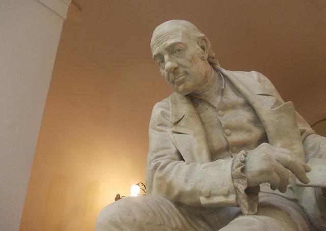 Statua di Giovanni Meli collocata nell'atrio del Palazzo delle Aquile a Palermo - Foto © Piero Carbone