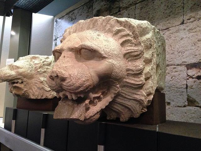 Gocciolatoi a maschera leonina appartenenti al castello di Eurialo