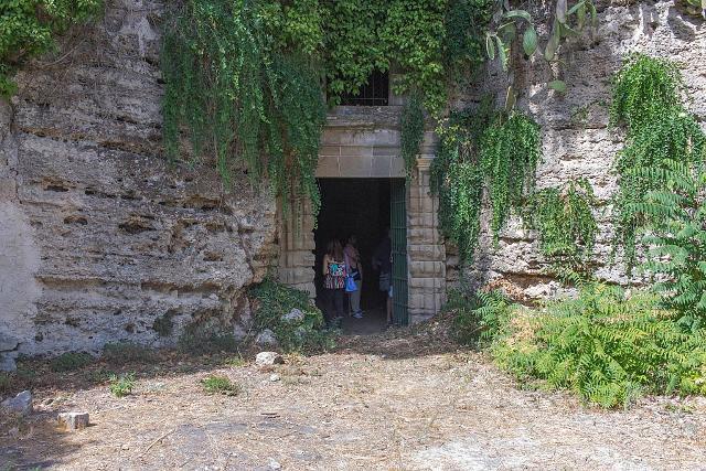 L'ingresso alle Grotte del Crocefisso di Lentini - ph Antreus93