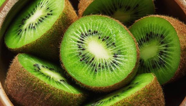 La pectina contenuta nei kiwi crea un appagante senso di sazietà, contribuisce ad abbassare i livelli di colesterolo nel sangue, contribuisce a migliorare il transito del cibo nel tubo intestinale prevenendo la stipsi...