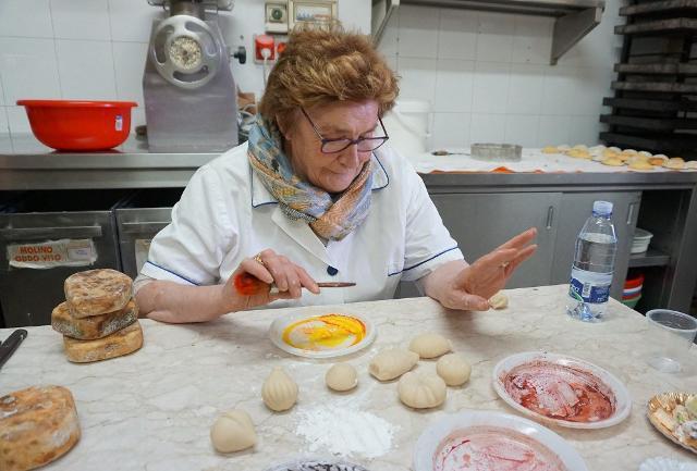 Maria Grammatico nel laboratorio della sua pasticceria a Erice - Foto www.audleytravel.com