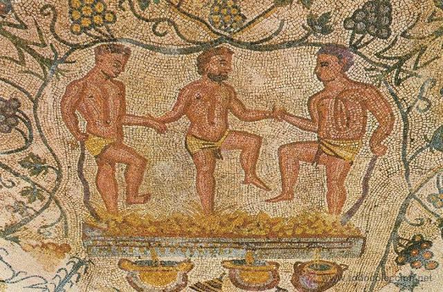 Mosaico romano, nell'anfiteatro di Merida (Spagna), che rappresenta degli uomini intenti a pestare le uve da vino