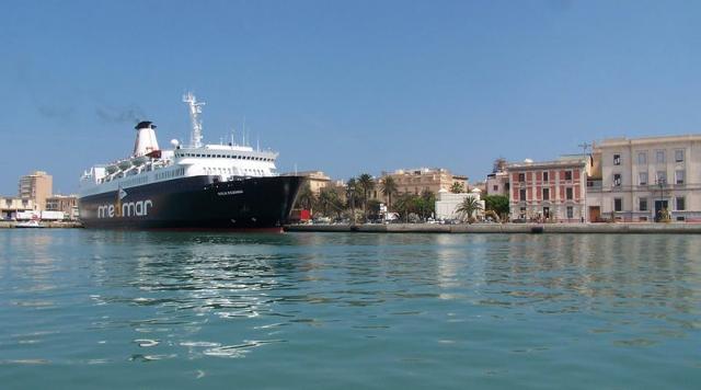 Una nave da crociera al porto di Trapani