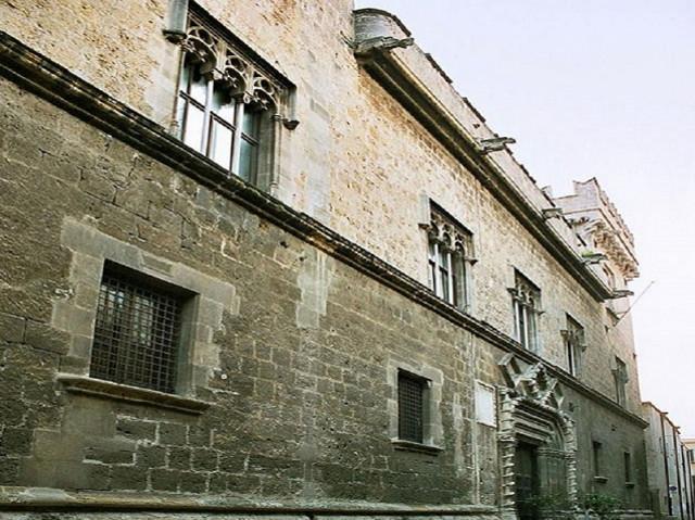 [...] Il Trionfo fu poi staccato dalla parete del cortile di Palazzo Sclàfani e, dopo un lunghissimo restauro, prese casa in maniera definitiva a Palazzo Abatellis...