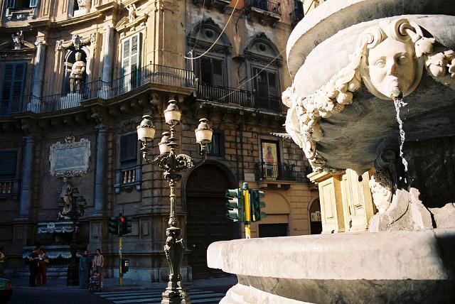 Una delle fontane posta alla base di uno dei palazzi che compongono i Quattro Canti di Palermo - ph. Bjs
