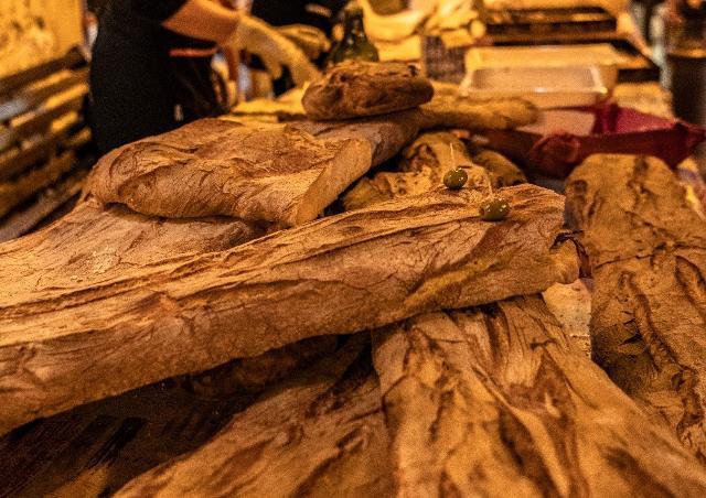 La Sicilia, oltre ad essere la ragione col maggior numero di forni, è anche un territorio dove le tipologie di pane sono numerose e tutte legate ad un forte tradizione.