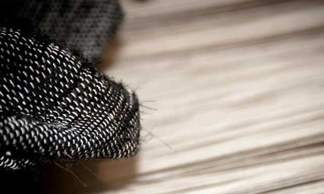 """La Tela di Penelope ha riscoperto l'antica tradizione della """"pezzara"""", una lunga e attenta lavorazione al telaio che rievoca i tempi in cui le nostre nonne, tessendo sapevano quanto prezioso fosse ogni ritaglio di stoffa e ogni pezza era considerata importante per essere riutilizzato..."""