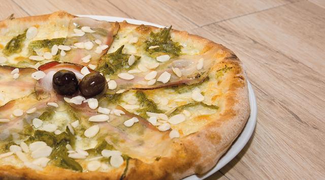 """La pizza """"Robba"""" del pizzaiolo Gianluca Graci (della Pizzeria Sarda Salata Pizza & Spaghetti di Licata, AG), vincitrice del concorso regionale """"Sicilia in Pizza - La Vastedda della Valle del Belìce DOP sposa la pizza"""""""