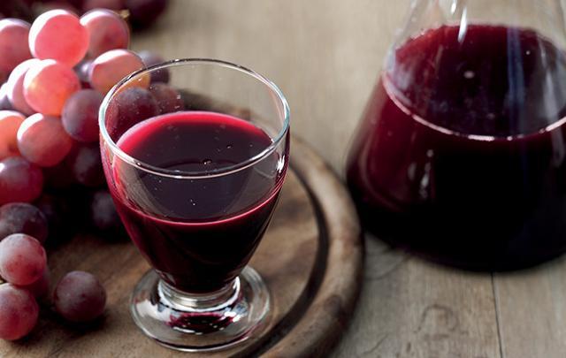 """Il succo d'uva è definito un vero e proprio """"latte vegetale"""", consigliato ai bambini piccoli, agli sportivi, alle donne in allattamento e agli anziani..."""