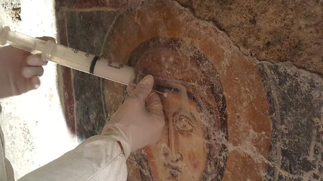"""L'affresco della """"Teoria dei Santi"""" durante il restauro"""