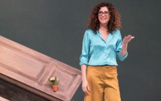Divertente e irriverente Teresa Mannino in 'Sento la terra girare'