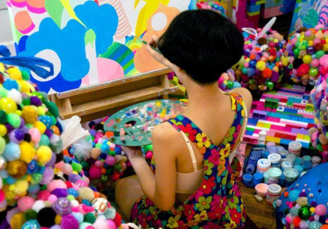 L'artista Adehla Lee nel suo studio