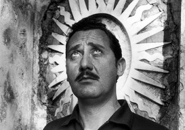 """Ritratto di Alberto Sordi a Villa Palagonia, a Bagheria, durante le riprese del film """"Mafioso"""" di Alberto Lattuada"""