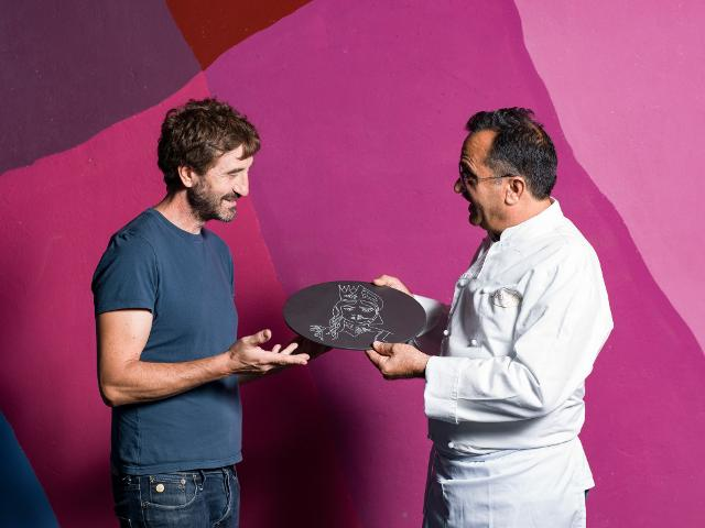 Il design Andrea Branciforti consegna il piatto-cadeau al mastro pasticcere Enzo Di Stefano