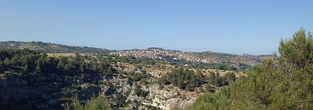 Il Bosco di Giarranauti e sullo sfondo Sortino - ph Davide Mauro