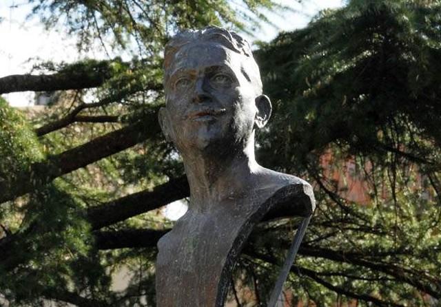 Busto del poeta Vincenzo De Simone presso la villa comunale omonima di Villarosa