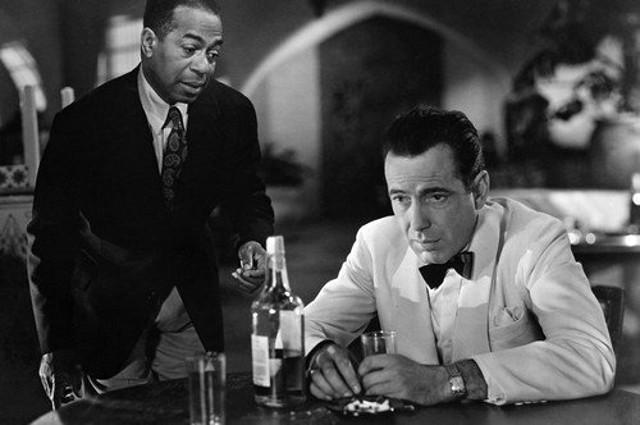 """Humphrey Bogart, e il suo whisky, nel film """"Casablanca"""""""