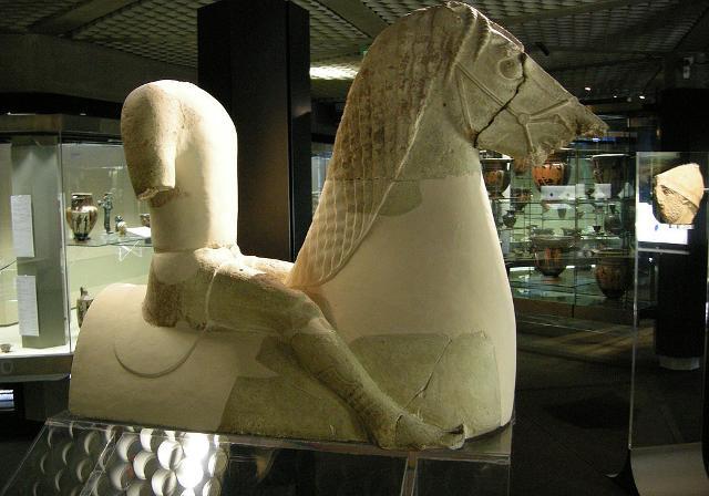 Statua di cavaliere da Kamarina, interpretato come acroterio, nel Museo Paolo Orsi di Siracusa - ph Sailko