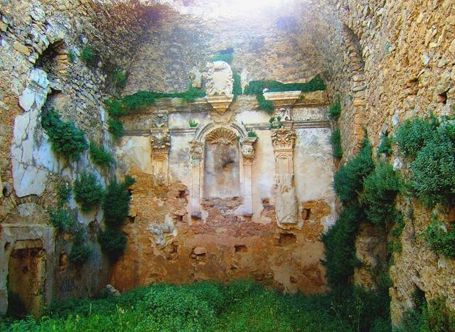 La navata centrale dell'antico convento di valguarnera Caropepe detto Cumm'n'tazz (Conventazzo)