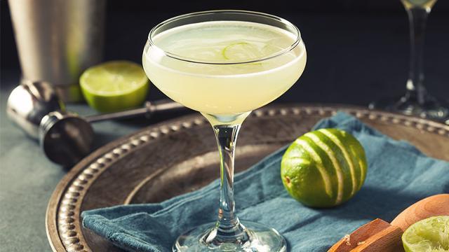 Il Daiquiri è un cocktail di rum bianco, lime e zucchero di canna inventato nel 1914 da Costantino Ribalaigua nel suo bar all'Avana