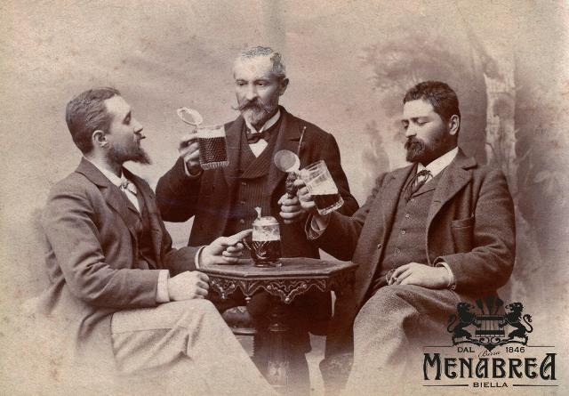A Biella, nel 1872 nasce la società Giuseppe Menabrea & figli, che diviene proprietaria della Premiata Fabbrica di birra e gazeuse G. Menabrea & Figli. In quel periodo, negli stabilimenti della Menabrea, si producono una bionda pils e una birra scura, tipo Monaco, entrambi molto apprezzate, anche da personaggi più che autorevoli. Nella foto: Giuseppe Menabrea (al centro) con i figli Francesco e Carlo