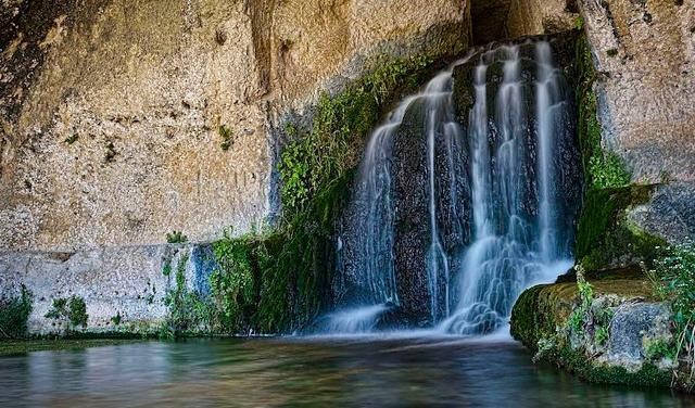 """La grotta del Ninfeo, dove sgorgano le acque del torrente Calcinara conosciuto anche con il nome di """"torrente Cavagrande"""". E' il maggiore affluente del fiume Anapo - ph Andrea Rapisarda"""