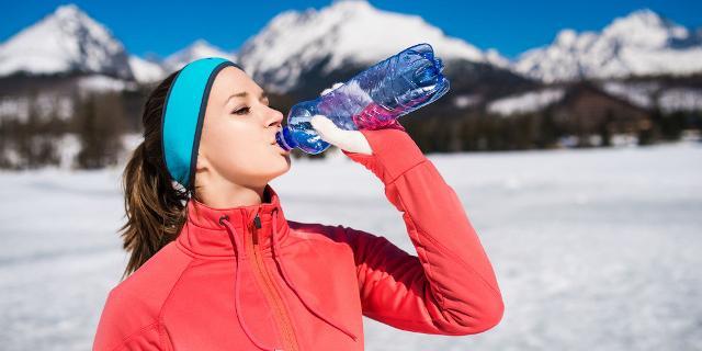 Bere correttamente anche durante la stagione invernale, non aspettando lo stimolo della sete, può aiutare a evitare la manifestazione dei sintomi della disidratazione...