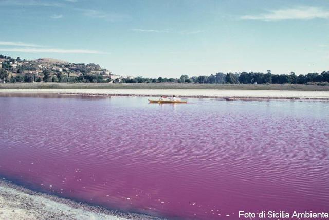 """Il """"rosso"""" lago di Pergusa - ph Sicilia Ambiente"""